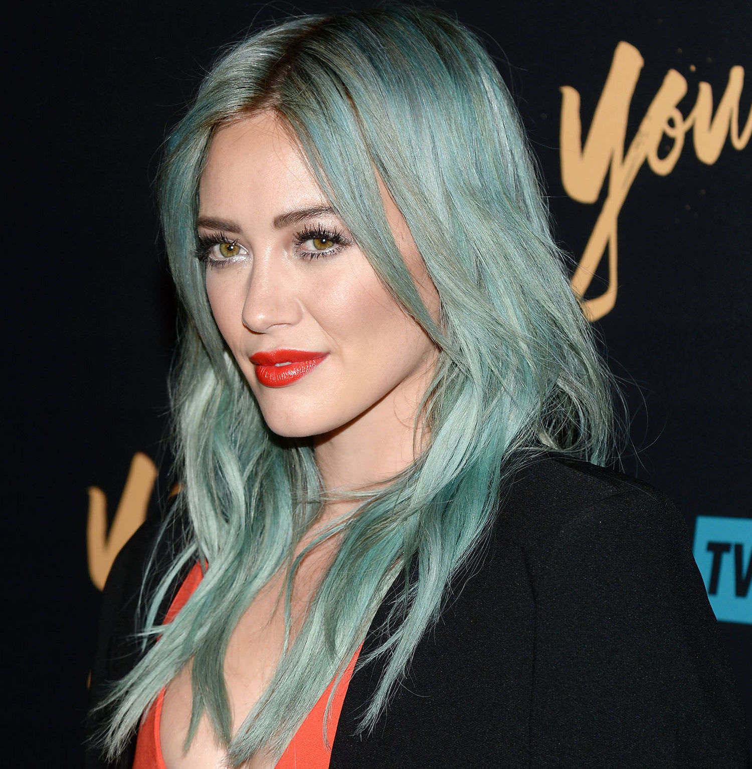hilary-duff-turquoise-hair-color-red-lipstick-main